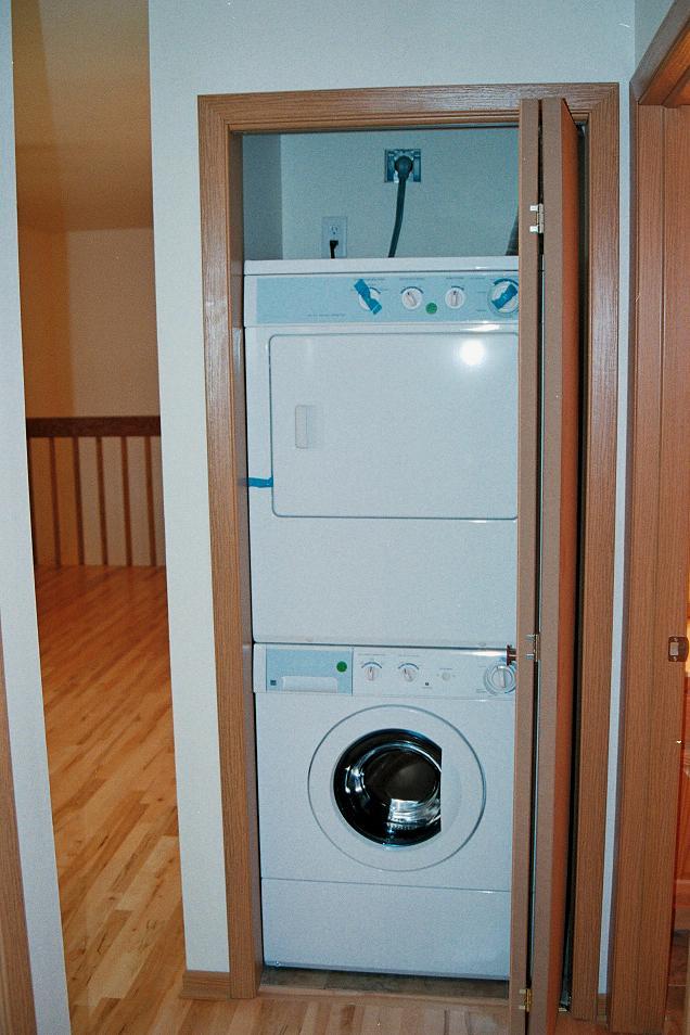 10-Dlxe-Washer&Dryer-WoodFlrs